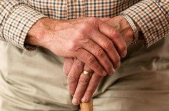 वृद्धावस्था या बुढ़ापा क्यों आता है तथा इस दौरान शरीर में क्या बदलाव आते है। budhapa kya hai